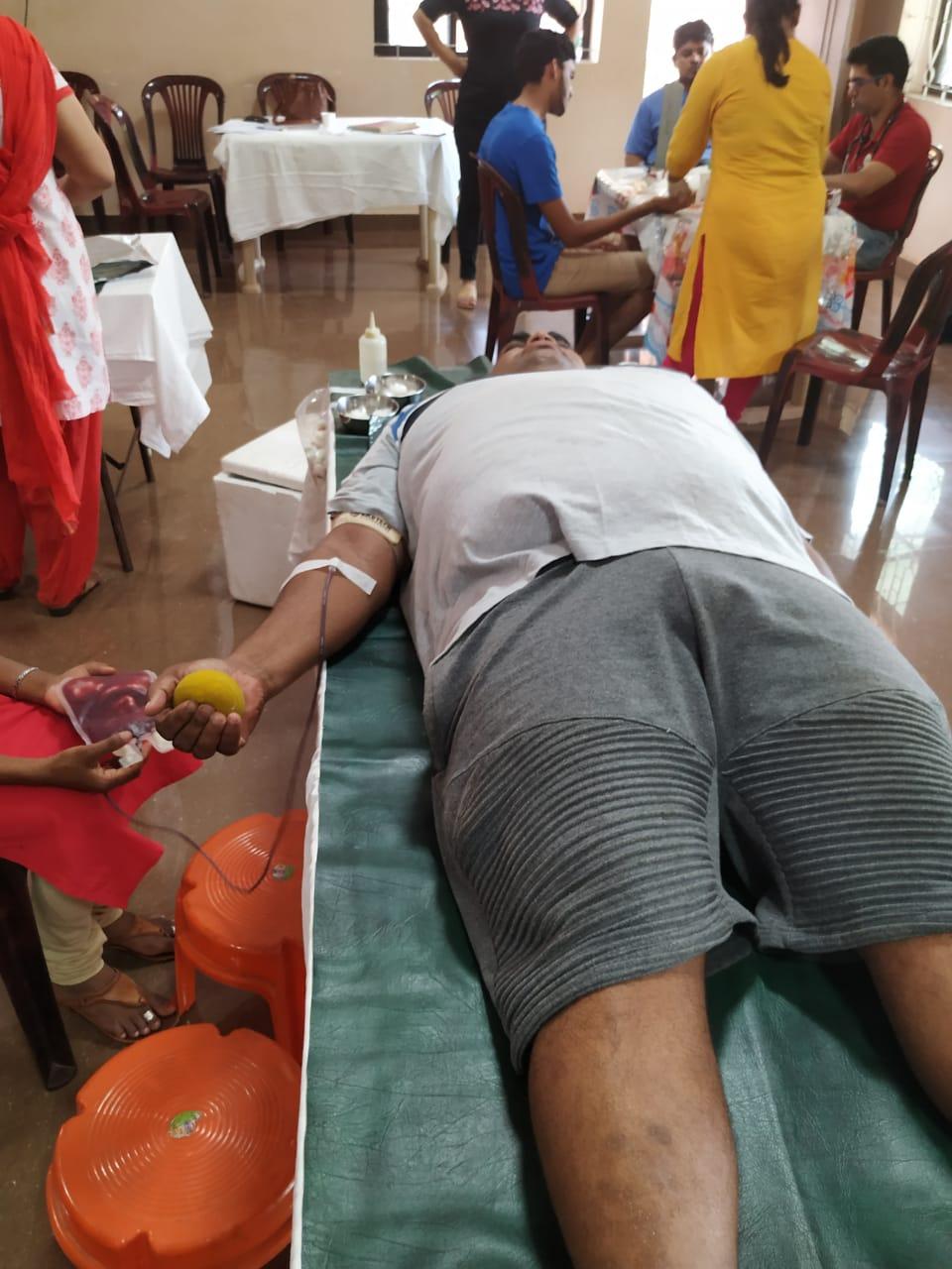 Minush_donating_blood.jpg