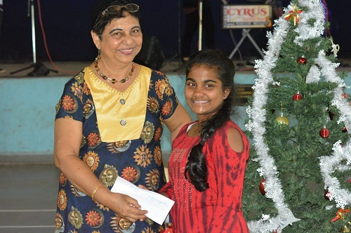 Member Lindarifa giving away a prize to the winner of photography contest